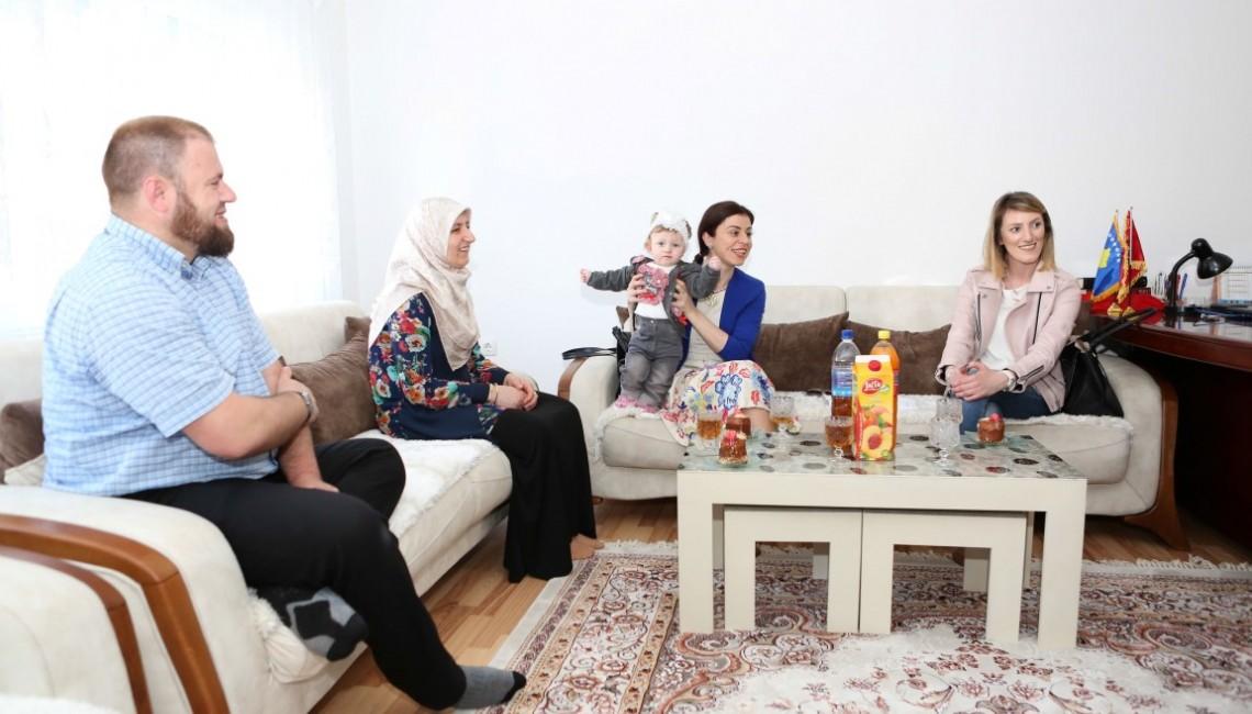Aksioni I Nënave dhe Fëmijëve përmes qendrave të Shëndetit të Gruas sigurojn informata dhe shërbimet e nevojshme të kujdesit para-natal dhe post-natal si dhe kujdesin e posalindurëve.